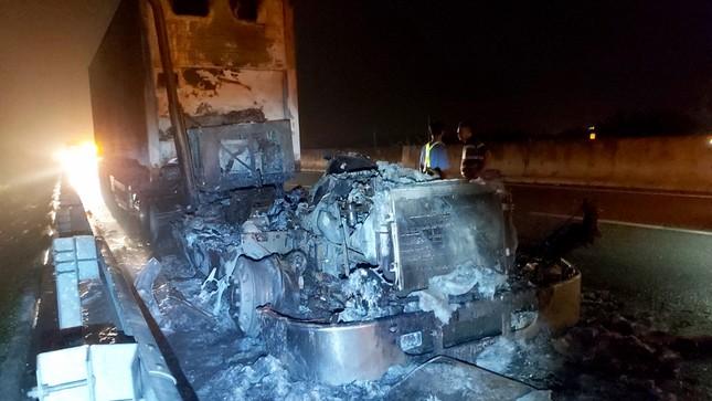 Kinh hãi cảnh xe đầu kéo cháy thành than trên cao tốc TP.HCM-Trung Lương ảnh 2