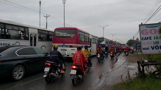 Quốc lộ 1 tắc gần 2km sau vụ tai nạn chết người ảnh 2
