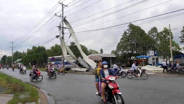 Giông lốc kinh hoàng quật sập nhà xưởng ở Tiền Giang ảnh 1