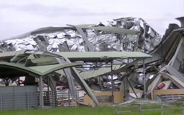 Giông lốc kinh hoàng quật sập nhà xưởng ở Tiền Giang ảnh 2
