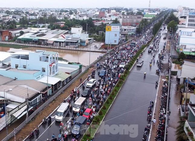 Đường phố Cần Thơ biến thành 'sông' ngày đầu tuần ảnh 12