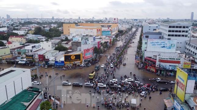 Đường phố Cần Thơ biến thành 'sông' ngày đầu tuần ảnh 13