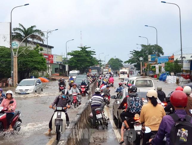 Đường phố Cần Thơ biến thành 'sông' ngày đầu tuần ảnh 17
