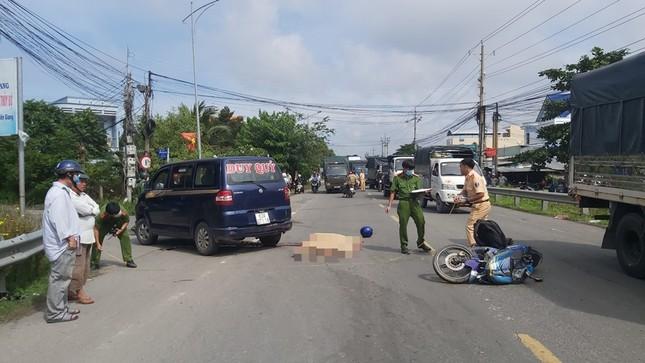 Tông vào xe ô tô đang qua đường, 2 người thương vong ảnh 1