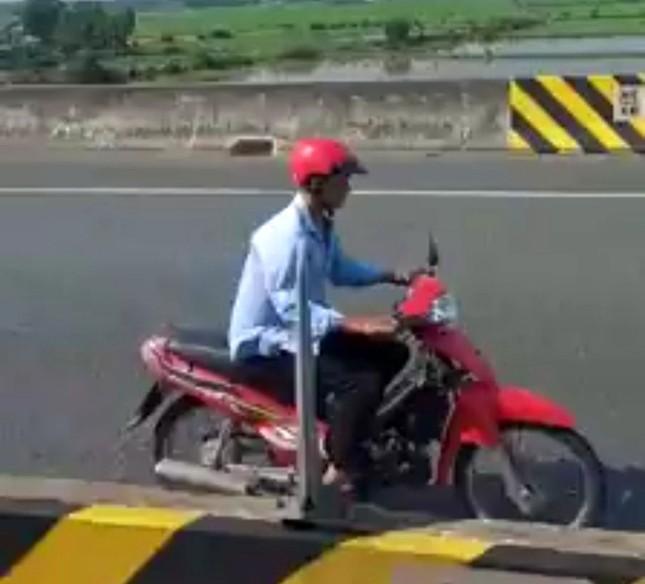 Người đàn ông liều mạng điều khiển xe máy chạy ngược chiều trên cao tốc ảnh 2