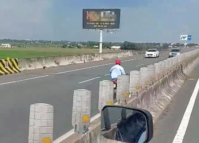 Người đàn ông liều mạng điều khiển xe máy chạy ngược chiều trên cao tốc ảnh 1