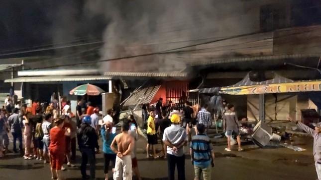 Sau tiếng nổ lớn, cửa hàng điện tử cháy dữ dội ảnh 1