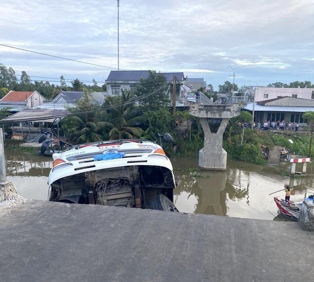 Sập cầu, xe tải chở 15 tấn lúa treo lơ lửng trên sông ảnh 1