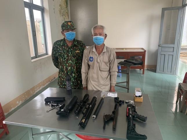 Tạm giữ cụ ông 73 tuổi vận chuyển súng trái phép qua biên giới ảnh 1