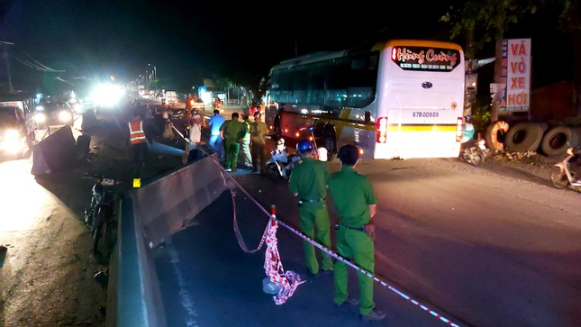 Xe máy va vào dải phân cách trên Quốc lộ 1A, hai thanh niên tử vong ảnh 1