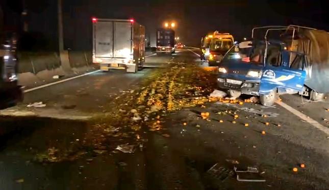Xe tải nổ lốp gây họa trên cao tốc TPHCM - Trung Lương ảnh 1