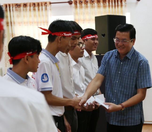 Chủ nhật Đỏ tại Trà Vinh: Trao 20 suất học bổng cho sinh viên nghèo vượt khó ảnh 2