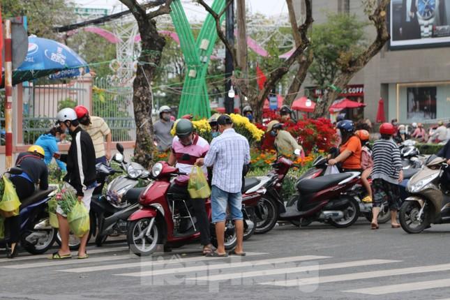 Chợ hoa Cần Thơ nhộn nhịp ngày 30 Tết ảnh 1