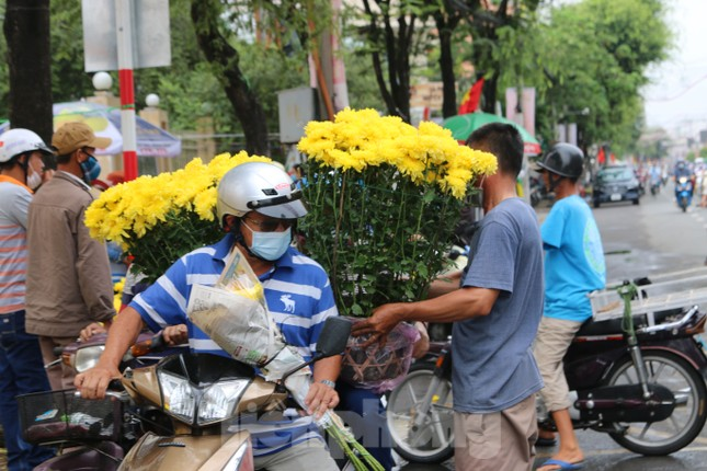 Chợ hoa Cần Thơ nhộn nhịp ngày 30 Tết ảnh 5