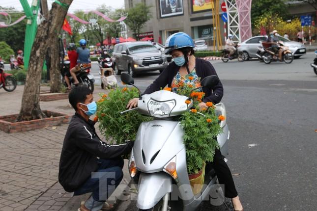Chợ hoa Cần Thơ nhộn nhịp ngày 30 Tết ảnh 7