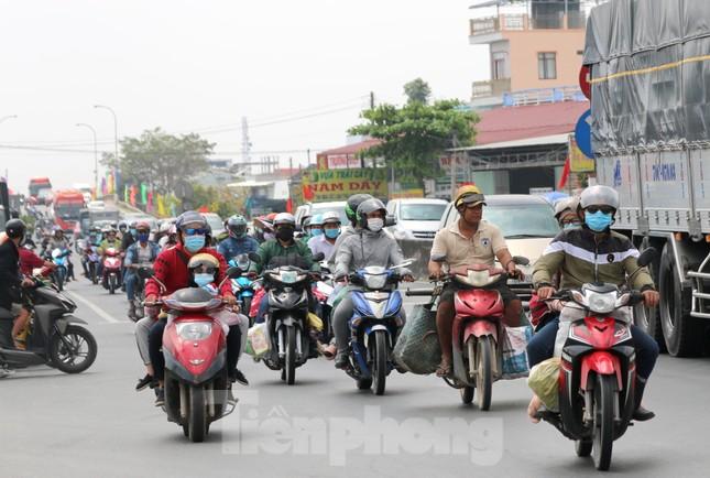 Người miền Tây hối hả trở lại TPHCM sau kỳ nghỉ Tết ảnh 1