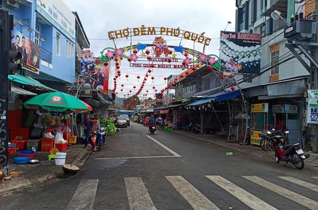 Khách du lịch đổ về Phú Quốc, chính quyền lo ngại dịch COVID-19 ảnh 2
