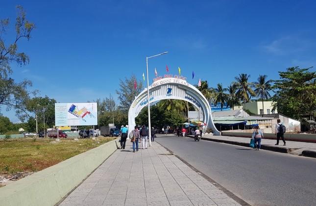 Khách du lịch đổ về Phú Quốc, chính quyền lo ngại dịch COVID-19 ảnh 1