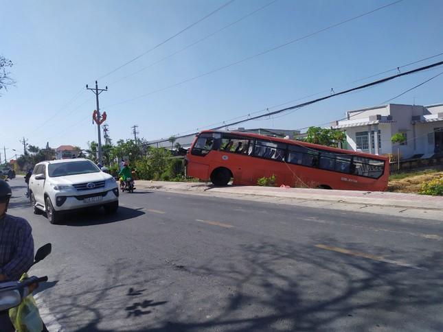 Tiền Giang: Xe chở 25 công nhân tông trụ điện, tài xế tử vong tại chỗ ảnh 1