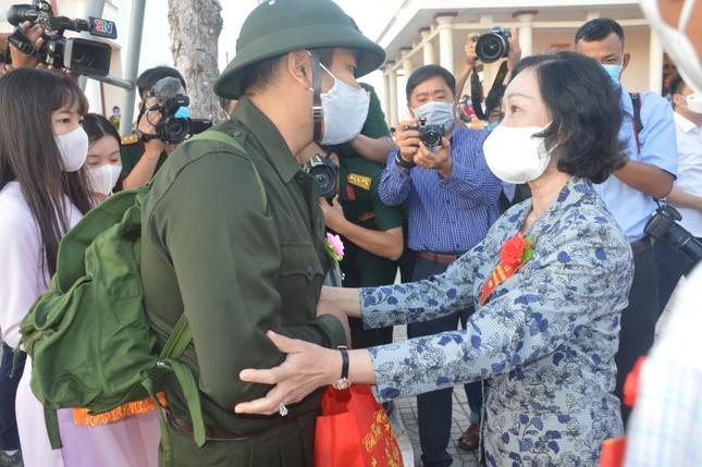 Trưởng Ban Dân vận Trung ương Trương Thị Mai dự ngày hội giao, nhận quân ở Sóc Trăng ảnh 1