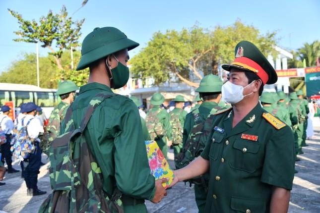 Trưởng Ban Dân vận Trung ương Trương Thị Mai dự ngày hội giao, nhận quân ở Sóc Trăng ảnh 7