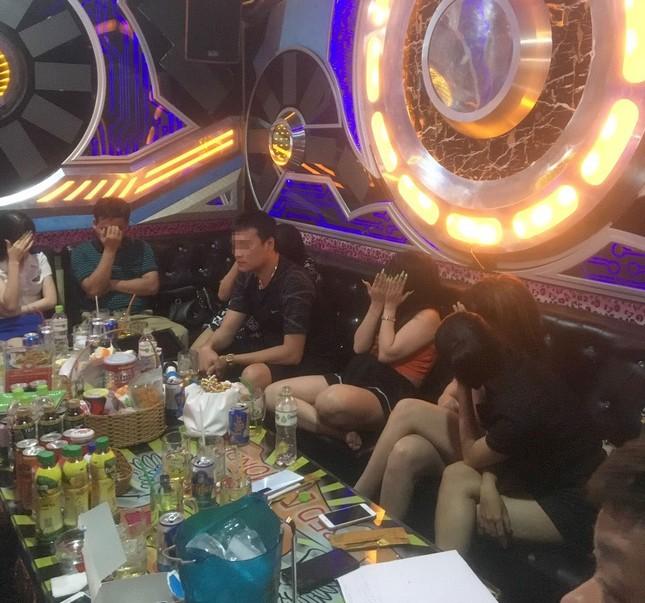 Hàng chục công an đột kích quán karaoke, phát hiện hơn 100 nam nữ say sưa 'thác loạn' ảnh 1