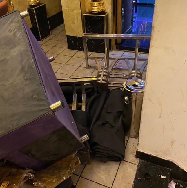 Hàng chục công an đột kích quán karaoke, phát hiện hơn 100 nam nữ say sưa 'thác loạn' ảnh 3