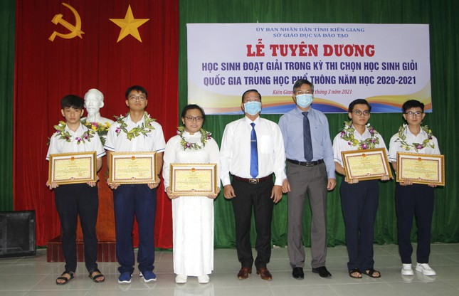 Kiên Giang: 11 học sinh đạt giải quốc gia được thưởng từ 20 - 80 triệu đồng/bạn ảnh 2
