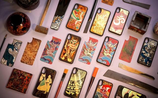 Sơn mài Việt có mặt trên… ốp điện thoại ảnh 1