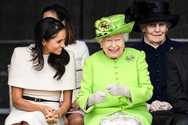 """Màn """"dứt áo ra đi"""" khỏi Hoàng gia Anh của vợ chồng Harry - Meghan được dựng thành phim ảnh 1"""