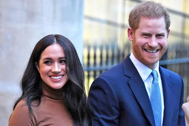 """Màn """"dứt áo ra đi"""" khỏi Hoàng gia Anh của vợ chồng Harry - Meghan được dựng thành phim ảnh 2"""