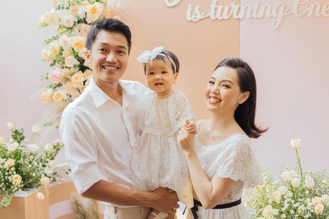 """Nam Thư, Minh Dự """"đọ"""" độ dễ thương bên thiên thần nhỏ nhà Quang Tuấn - Linh Phi ảnh 5"""