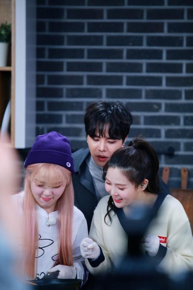 """""""Ăn Đi Rồi Kể"""" lên sóng, Trịnh Thăng Bình tương tác cực đáng yêu với thành viên Oh My Girl ảnh 7"""