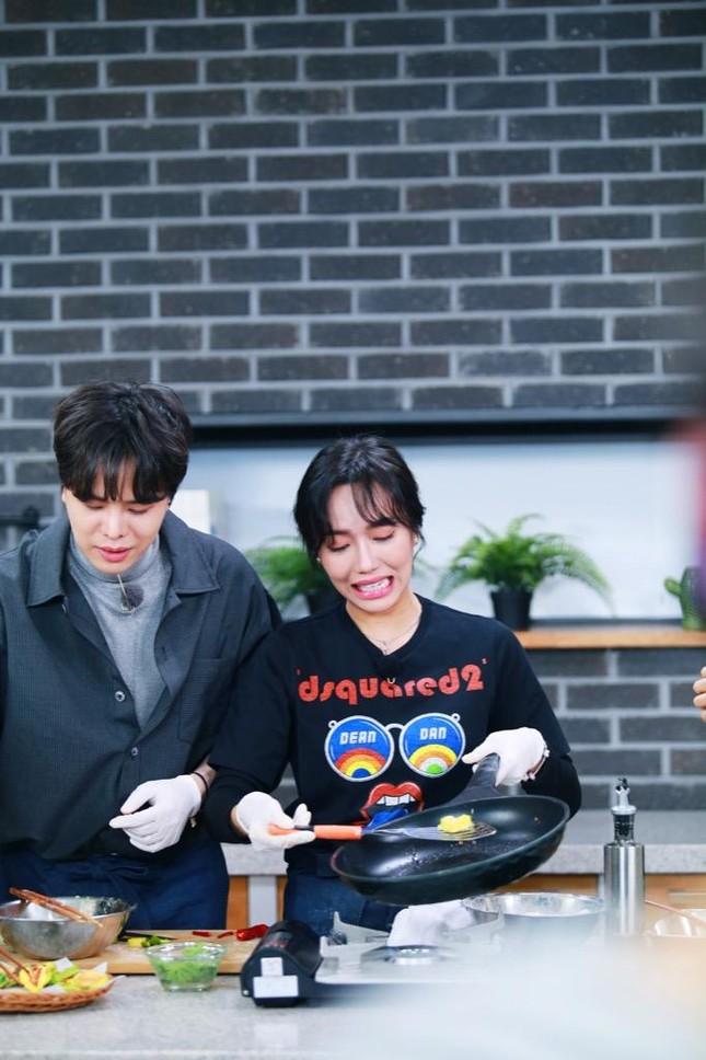 """""""Ăn Đi Rồi Kể"""" lên sóng, Trịnh Thăng Bình tương tác cực đáng yêu với thành viên Oh My Girl ảnh 8"""