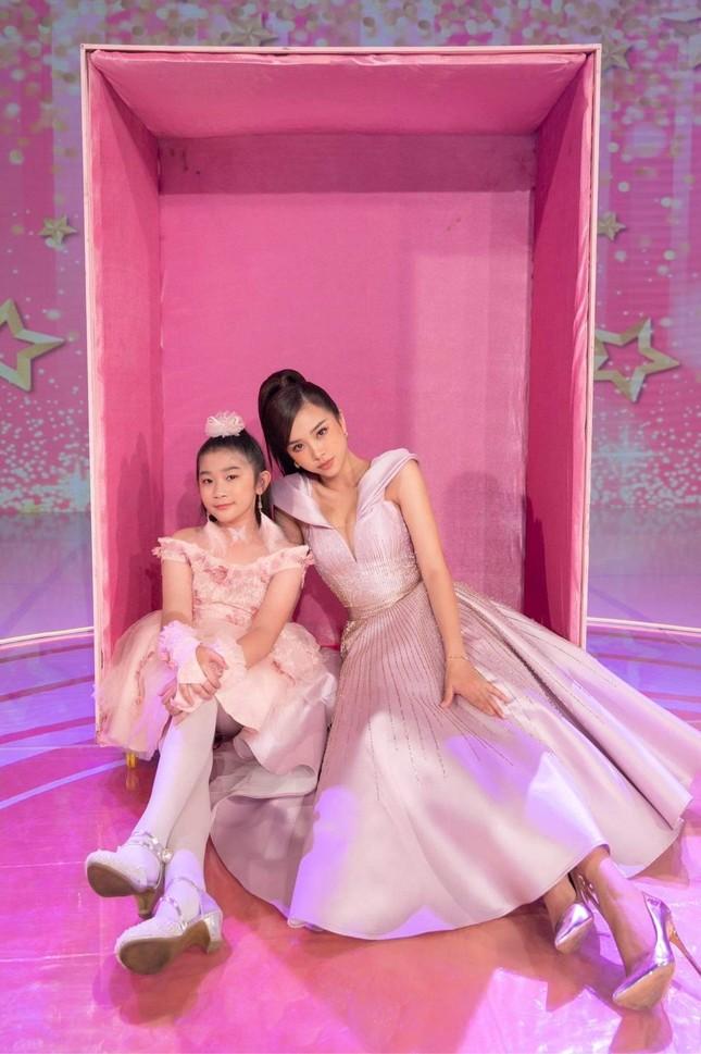 """Á hậu Thúy An hóa thân thành búp bê Barbie khi chấm thi """"Siêu mẫu nhí"""" ảnh 3"""