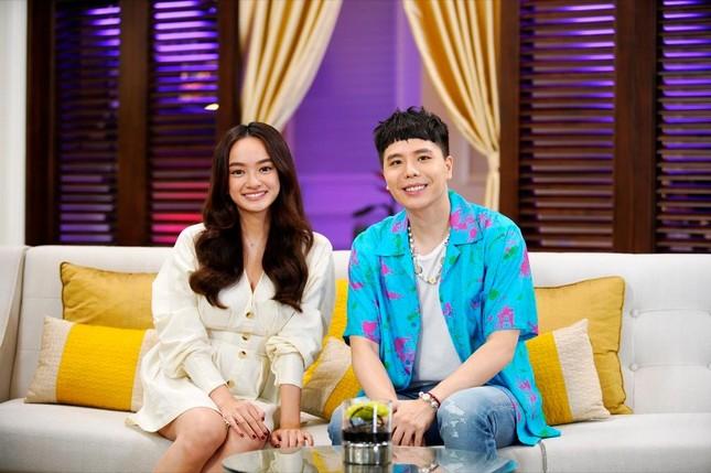 """""""Ăn Đi Rồi Kể"""" lên sóng, Trịnh Thăng Bình tương tác cực đáng yêu với thành viên Oh My Girl ảnh 1"""