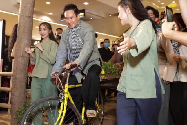 """Lý Hải khiến khán giả thích thú khi mặc đồ ba bà, đạp xe lôi trên thảm đỏ """"Lật Mặt: 48H"""" ảnh 4"""