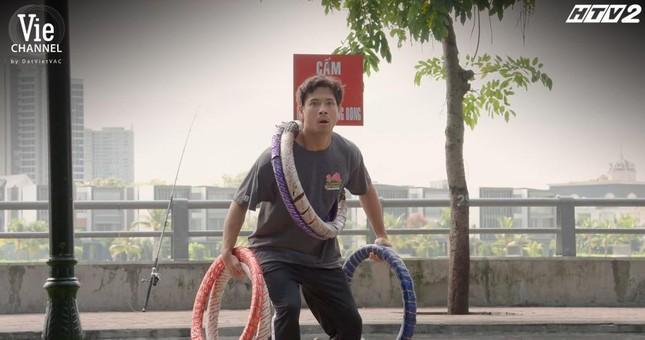 Cây Táo Nở Hoa: Nhã Phương nhảy nhót giữa chợ, chạy trốn khỏi màn truy đuổi của Thái Hòa ảnh 3