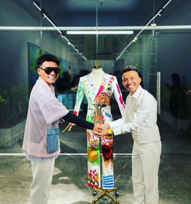 Đông Nhi - Ông Cao Thắng đến chúc mừng triển lãm tranh của Wowy và Tuấn Andrew Nguyễn ảnh 3
