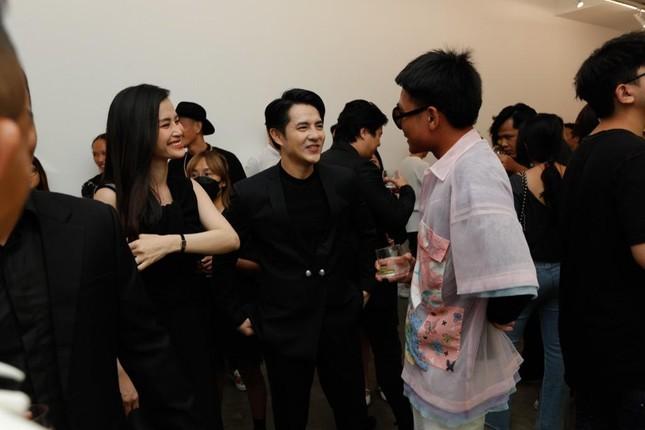 Đông Nhi - Ông Cao Thắng đến chúc mừng triển lãm tranh của Wowy và Tuấn Andrew Nguyễn ảnh 2