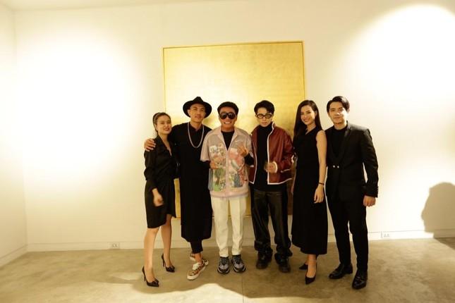 Đông Nhi - Ông Cao Thắng đến chúc mừng triển lãm tranh của Wowy và Tuấn Andrew Nguyễn ảnh 1