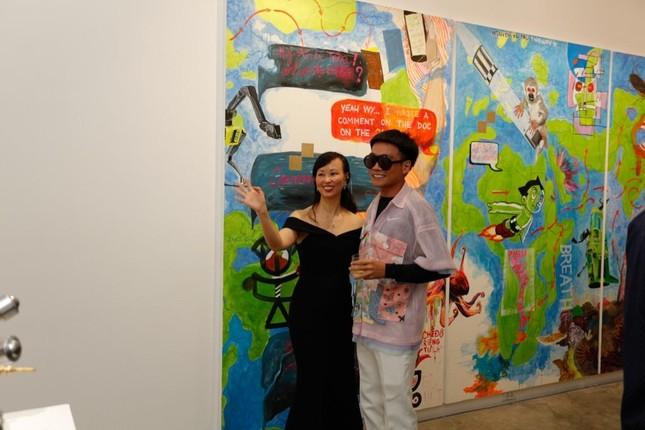 Đông Nhi - Ông Cao Thắng đến chúc mừng triển lãm tranh của Wowy và Tuấn Andrew Nguyễn ảnh 6