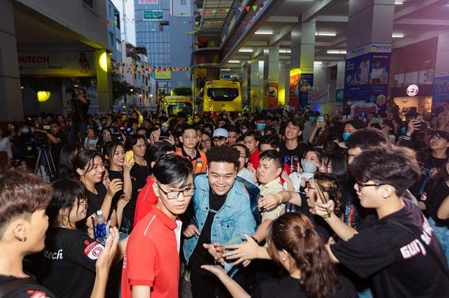 """Yuno Bigboi, Ricky Star, Uni5 mang loạt hit triệu view """"đột kích"""" các trường đại học ảnh 4"""