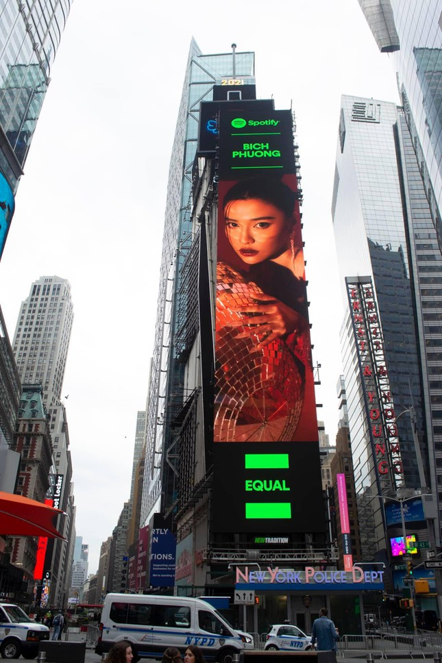 Fan V-Pop sửng sốt khi hình ảnh Bích Phương xuất hiện tại quảng trường Thời đại ở New York ảnh 1