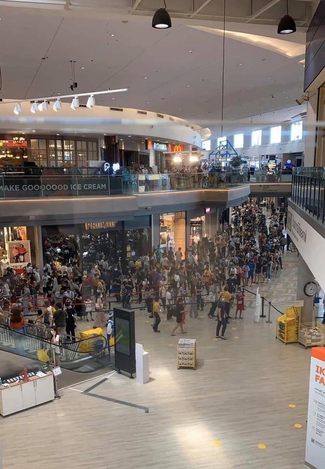 """Yêu mua sắm như người Thái: TTTM vừa thông báo mở cửa lại, giới trẻ đã """"rồng rắn"""" xếp hàng ảnh 2"""