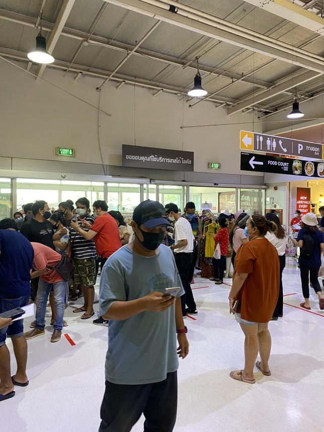 """Yêu mua sắm như người Thái: TTTM vừa thông báo mở cửa lại, giới trẻ đã """"rồng rắn"""" xếp hàng ảnh 4"""