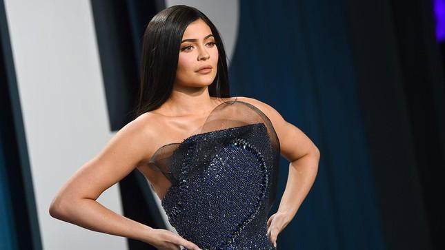 Sốc: Kylie Jenner bị tạp chí Forbes thẳng tay tước danh hiệu tỷ phú tự thân ảnh 3