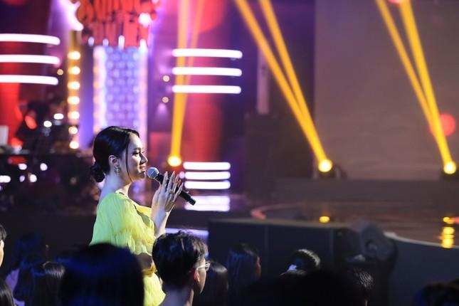 Hậu sóng gió tình cảm, Hương Giang sánh đôi cùng MC Anh Tuấn trong show âm nhạc ảnh 1