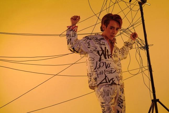 """Quang Hùng MasterD đổi style, kết hợp Black Bi Thái Vũ (FAPtv) trong MV """"Hoa Bất Tử"""" ảnh 3"""