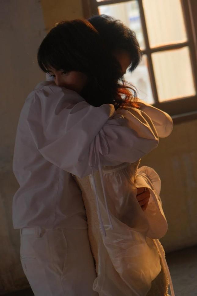 Giải mã loạt ẩn ý đằng sau những cảnh ngọt ngào của Gil Lê và nữ chính trong MV mới ảnh 7